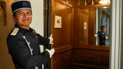 Grand Hotel Les Trois Rois Basel: Liftpage Oldemar Zurita vor dem Lift.