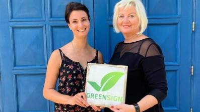 Ann-Kathrin Günther (l.), Marketing Managerin, und Imbritt Berger (r.), Hoteldirektorin vom Hotel Residenz in Heringsdorf, nach dem Audit mit GreenSign