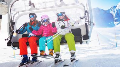 Touristen im Ski-Lift