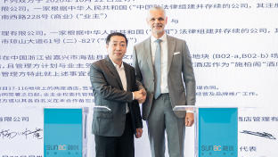 Yang Wenhu (l.), General Manager der Hangzhou Bay Sunac Cultural City, und Marc Cherrier, COO Steigenberger Hotels & Resorts bei Huazhu,